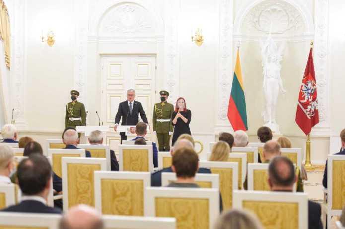 Marian Turski kawalerem Krzyża Oficerskiego Orderu za Zasługi dla Litwy, z nim Krzysztof Pastor