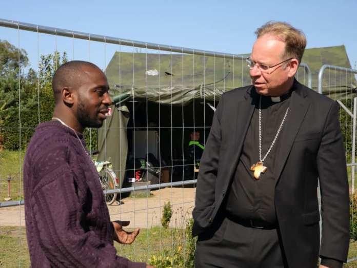 Arcybiskup Grušas spotkał się z migrantami proszącymi o azyl