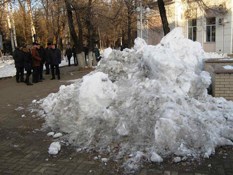 СМИ «растопили» грязные снежные кучи в центре Биробиджана и сделали из них «медиа лужу» для муниципалитета