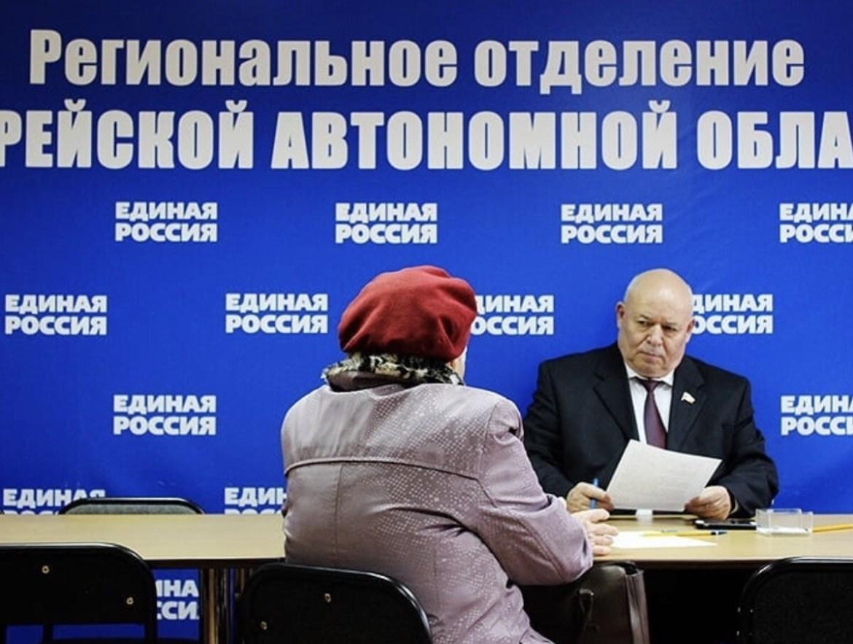 Депутат госдумы Анатолий Тихомиров встретился более чем с десятью гражданами и получил благодарственное письмо