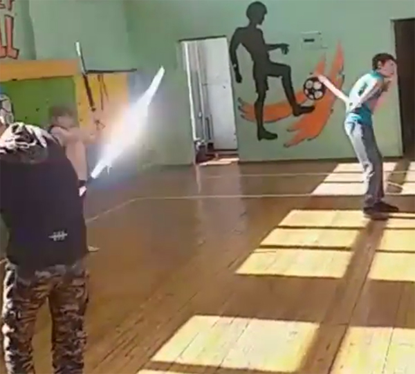 У мальчиков — шашки, у девочек — нагайки. Посмотрите как с ними управляются воспитанники казачьего кадетского отряда в Облучье (ВИДЕО)
