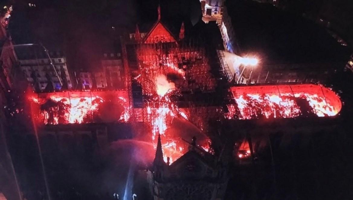 В Париже сгорел Нотр-Дам де Пари?