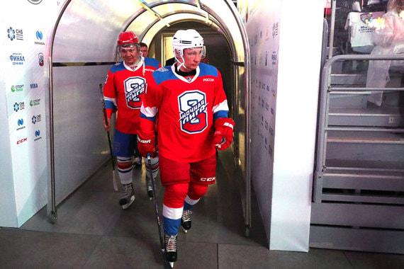 Владимир Путин запнулся о ковровую дорожку на хоккейном матче и упал (ВИДЕО)