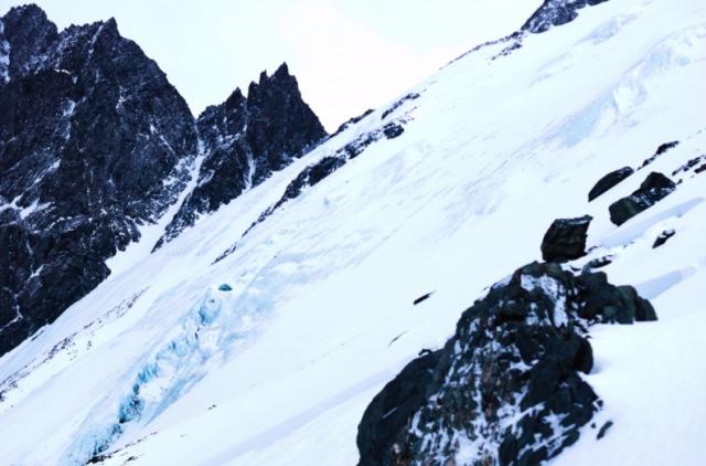 В горах Алтая под лавину попали девять туристов. Спасатели обнаружили тела пяти погибших. Две девушки спаслись. Судьба двоих пока не известна