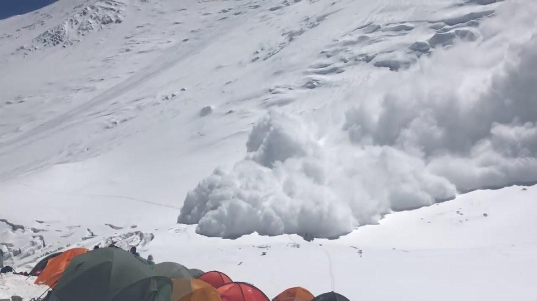 На Алтае в горах под снежную лавину попало 9 туристов. Погибли семеро