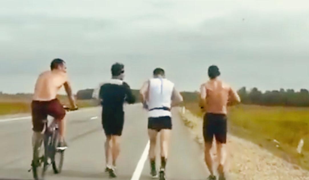 «70 км вокруг Биробиджана»: трое друзей бегом обогнули областную столицу. Между делом они шутили (ВИДЕО)