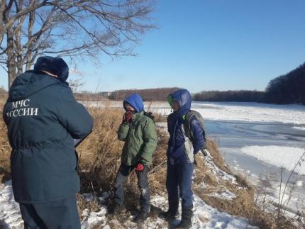 Спасатели не могут согнать взрослых с тонкого льда в ЕАО