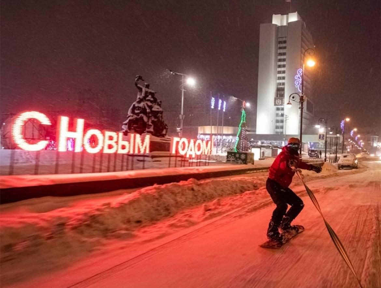 Приморцы пронеслись на сноуборде по улицам Владивостока (ФОТО)