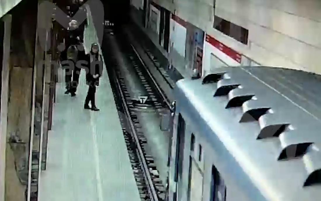 Прыжок девушки под поезд метро в Москве попал в сеть (ВИДЕО)