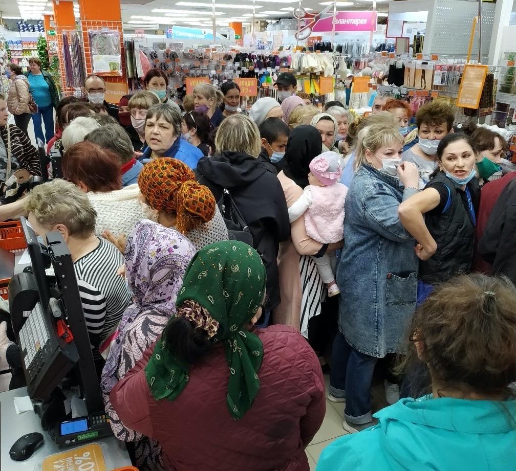 «Первая она была!!!»: в Нижнем Тагиле на распродаже началась «битва» за кастрюли по 99 рублей (ВИДЕО)