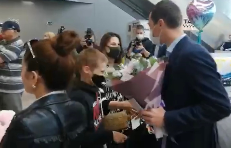 Супруга Михаила Дегтярева с детьми прилетела в Хабаровск (ВИДЕО)