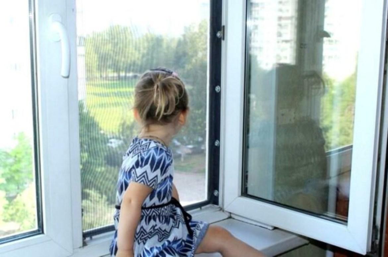 «Оконный киндерпад продолжается»: в ЕАО на глазах у отца ребенок выпал из окна с мухобойкой в руках⚡️