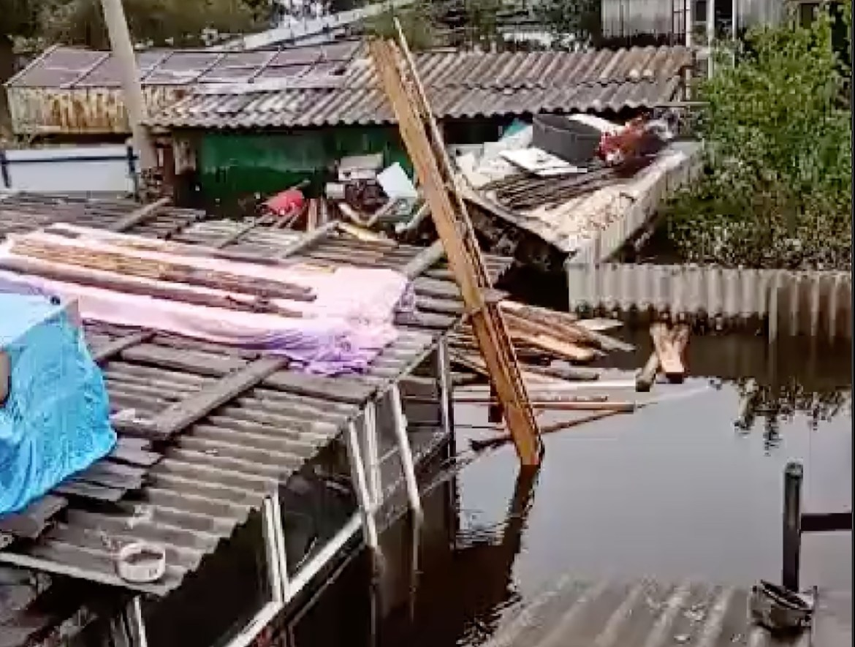 «Хоть песню запевай здесь»:  подтопленцы в Ленинском рассказали про свой быт на крыше затопленного дома (ВИДЕО)