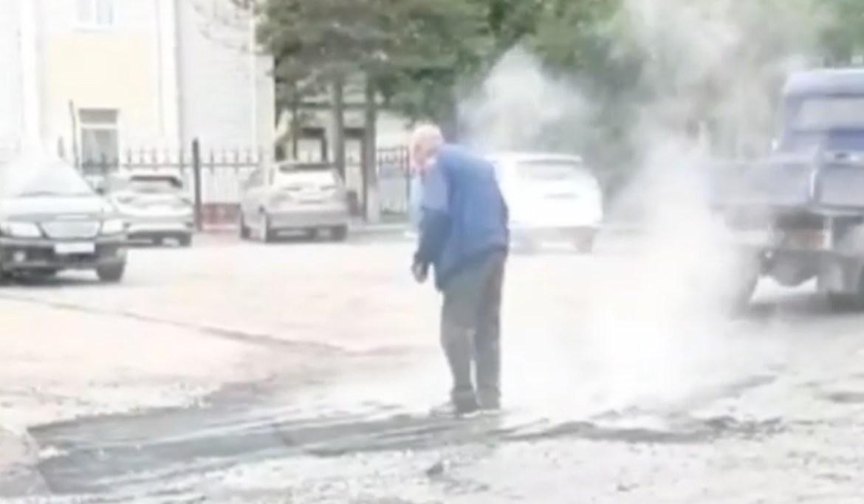 «В лужу накидали, ногами утоптали»: биробиджанское ноу-хау по ямочному ремонту дорог ?