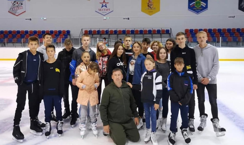 Воспитанники детского дома № 2 из Биробиджана встали на лед «Победы»