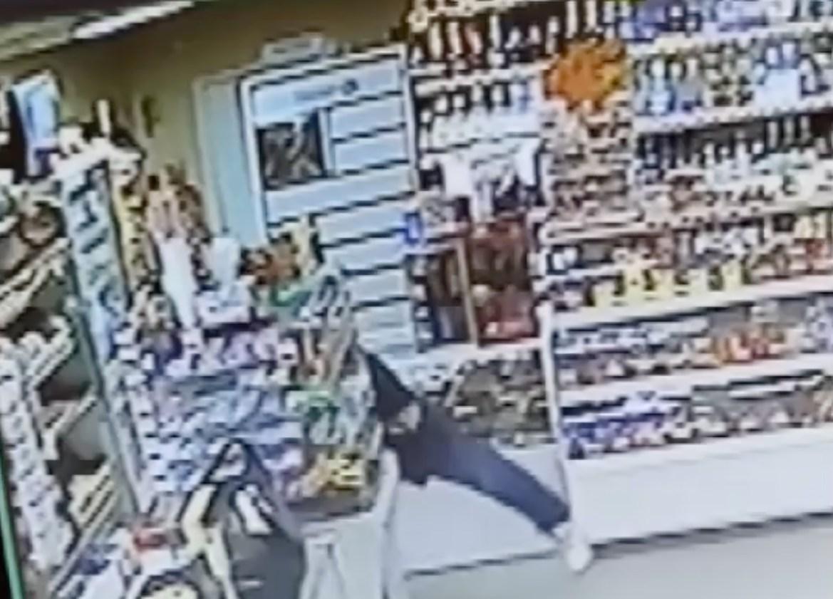 Биробиджанец выкрал 39 тысяч рублей из кассы магазина. Это записала камера видеонаблюдения (ВИДЕО)