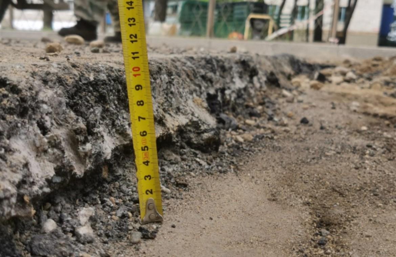 В прошлом году в Биробиджане отремонтировали автодорогу на ул. Шолом-Алейхема, но там уже появились дефекты