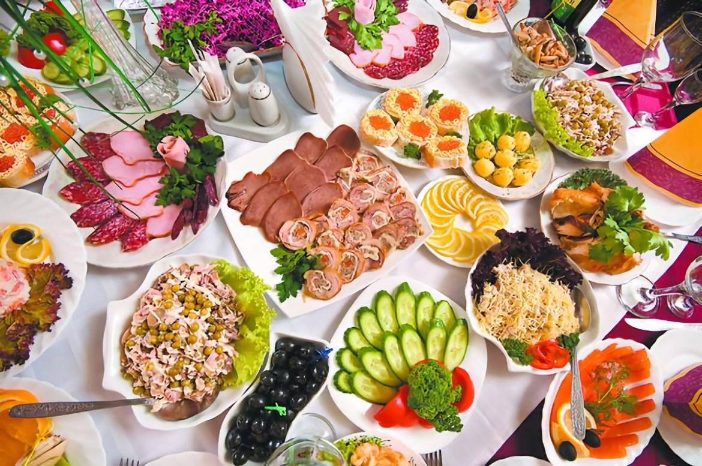 Роспотребнадзор предупредил, что в новогодних салатах могут завестись микроорганизмы