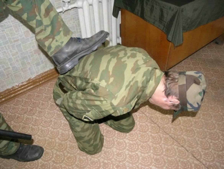 Нещадно бил и пытался ногами выдавить из сослуживца деньги военнослужащий одной из частей в ЕАО