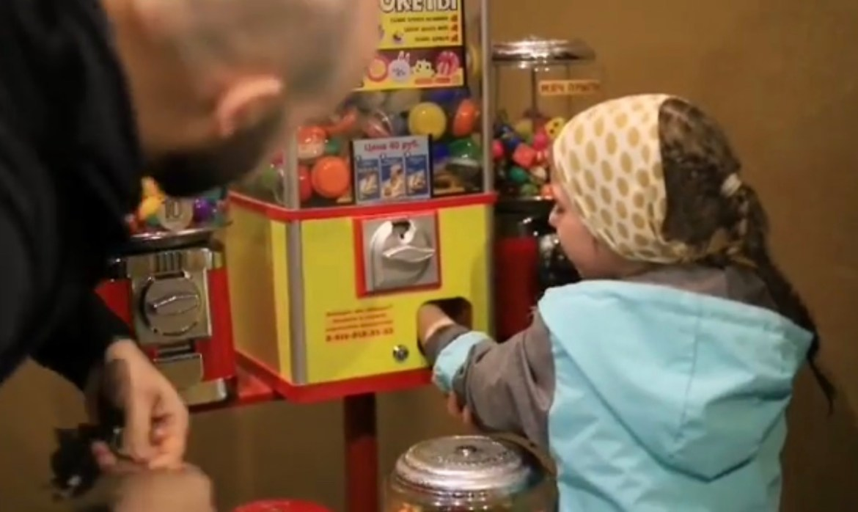 Автомат с игрушками в Биробиджане захватил руку ребенка (ВИДЕО)