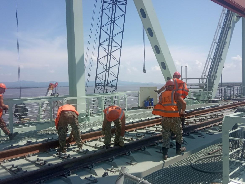 Строители соединили рельсы с китайской и российской сторон на ж/д мосту «Нижнеленинское-Тунцзян»