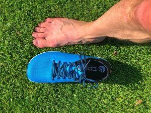 Side by side the running shoe Topo Athletic ST-3 and my right foot