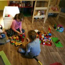 Mini, die perle und unsere Patenmaus spielen gemeinsam Lego. Während dessen saugt der kleinne Cousing die Wohnung mit dem Kinderstaubsauger
