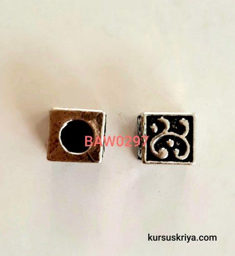 Manik kotak dari logam motif ukir