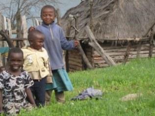 3 Kinder vor Hütte