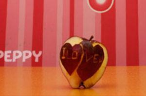 Betapa indahnya memotong apel di atas meja meriah - resep langkah demi langkah dengan foto