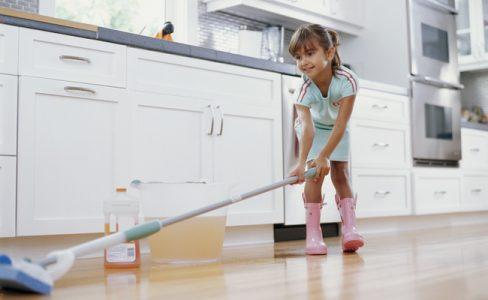 membersihkan lantai