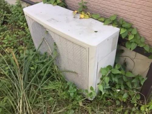 雑草が通風孔をふさぎパフォーマンスが下がるエアコンの室外機