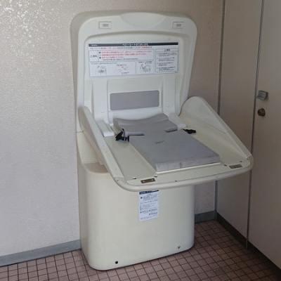 釧路市昭和中央公園内にあるトイレのおむつ交換台