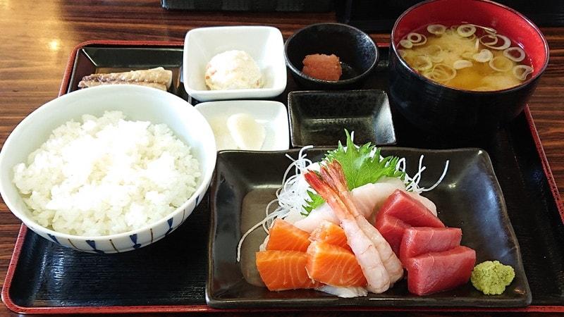 マリントポス(釧路水産センター)内にある「釧ちゃん食堂」で食べられる 刺身定食
