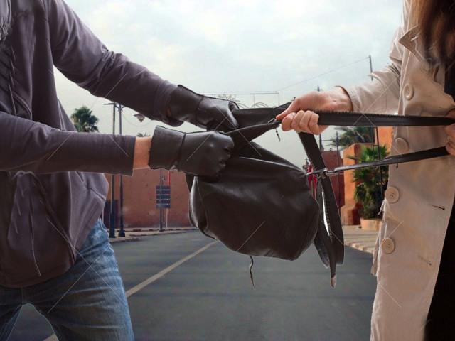 لص يحاول سرقة حقيبة طالبة جامعية بالموصلات