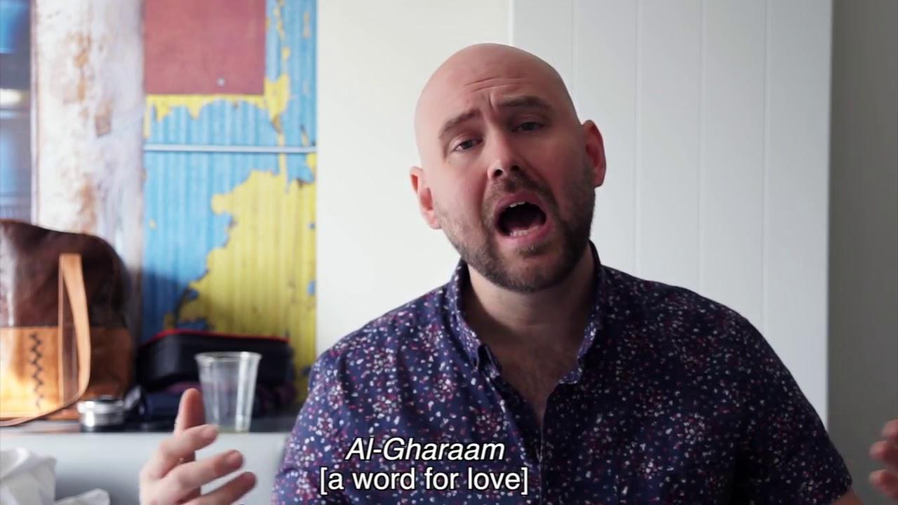 بالفيديو: شاهد أمريكي ينتقد الفن السوداني الكلاسيكي بطريقة ساخرة