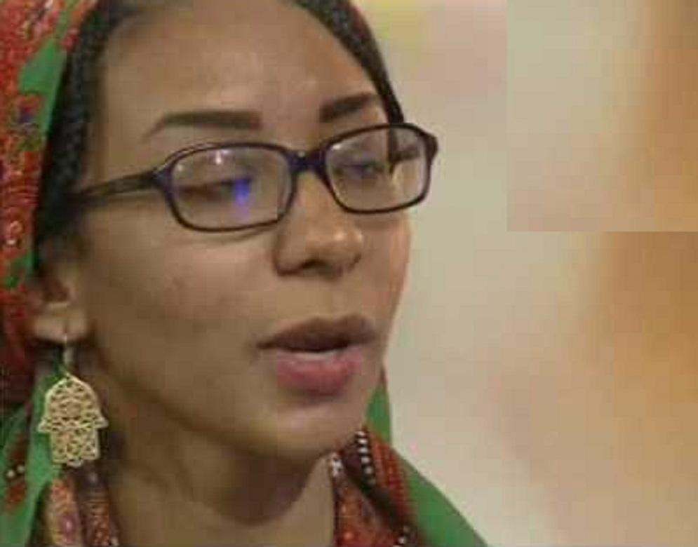 بالفيديو: صحفية وشاعرة تتحول (لست شاي ) وتلفت قناة الجزيرة القطرية بمقهى جديد
