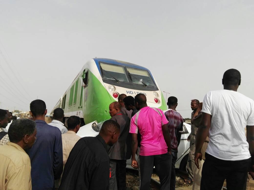 بالصور : قطار الجزيرة يصطدم بسيارة في صينية بحري
