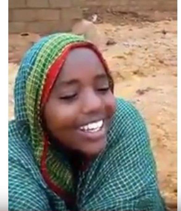 بالفيديو : في ضيافة الشروق .. طفل وراء انتشار فيديو مبدعة الخريف ريماز  التي كانت تغني مع والدها وسط السيول بامدرمان