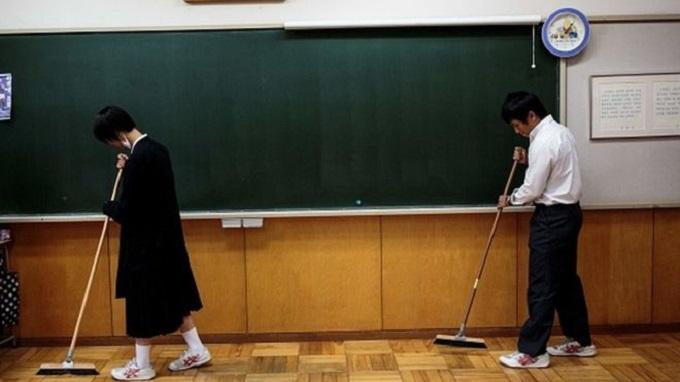 স্কুলে শিক্ষা কার্যক্রমের অংশ হিসেবে পরিছন্নতা কার্যক্রমে অংশ নিচ্ছে শিক্ষার্থীরা
