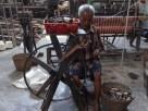 Sukamsidi (78) sudah bekerja di penenunan sejak tahun 1960-an sebagai pengikal benang.