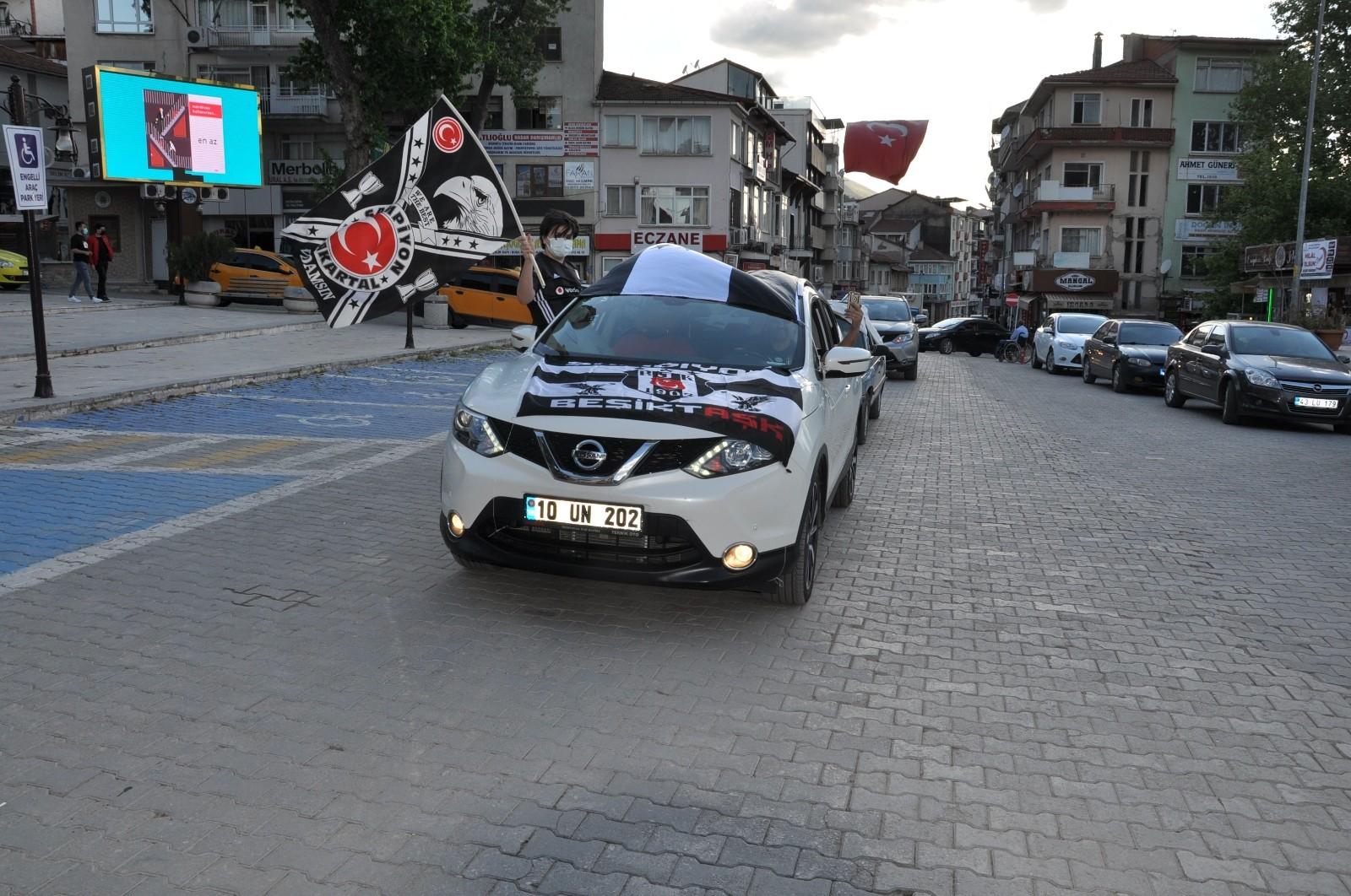 Simav'da Beşiktaşlı taraftarların şampiyonluk kutlamaları