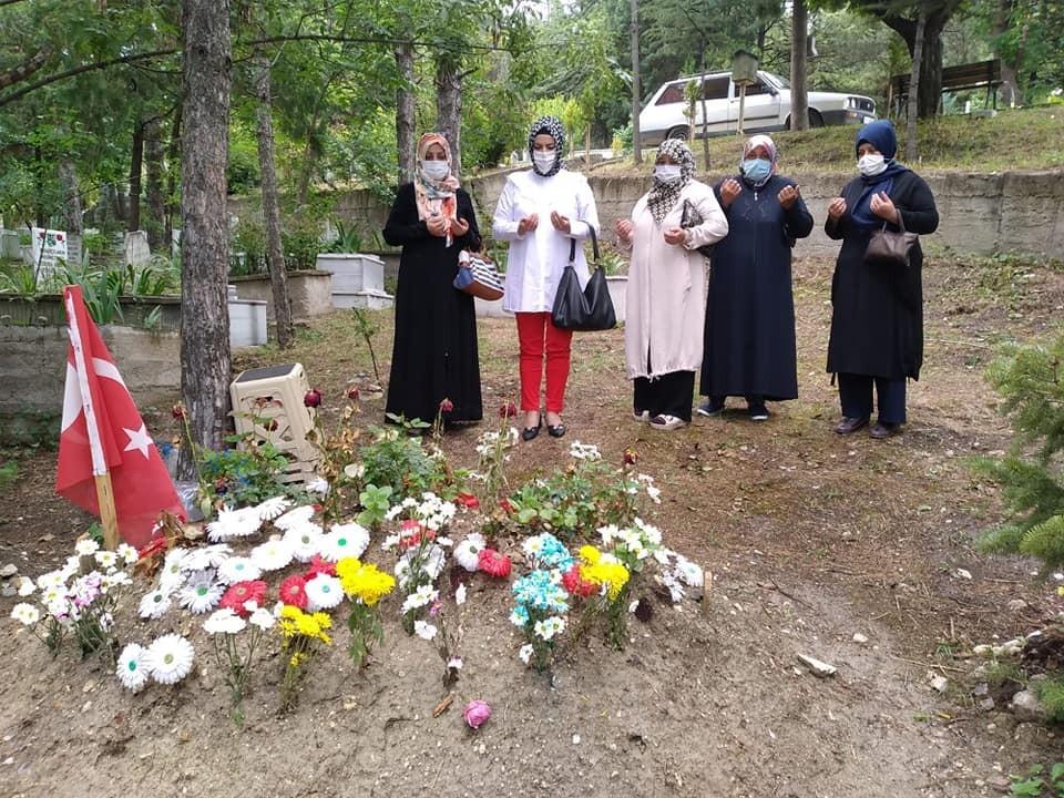 Şehit annesini ve şehit mezarını ziyaret edip dua ettiler