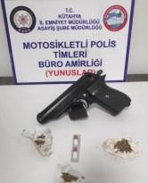 Kütahya'da şase numarası olmayan motosiklet, kurusıkı tabanca ve uyuşturucu ele geçirildi