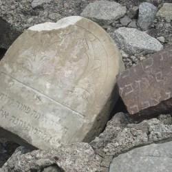Znalezione fragmenty macew powróciły na cmentarz