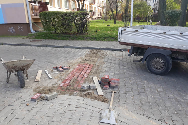 Jest próg zwalniający między Milą i ul. Staszica