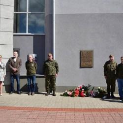 Kwiatami uczczono 37 Pułk Piechoty - foto: L. Martynowski