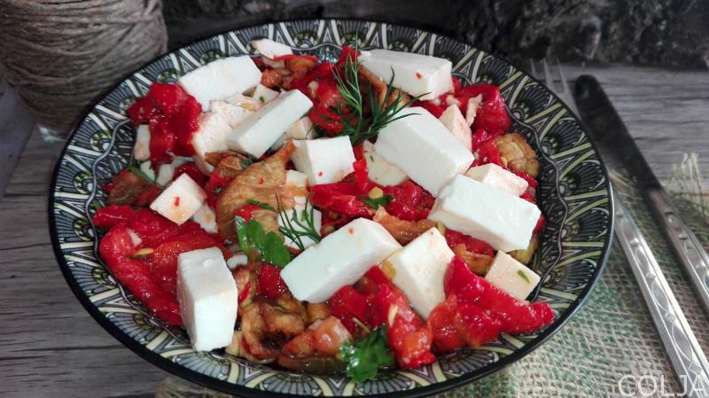 salata sa pečenim paprikama i patlidžanom
