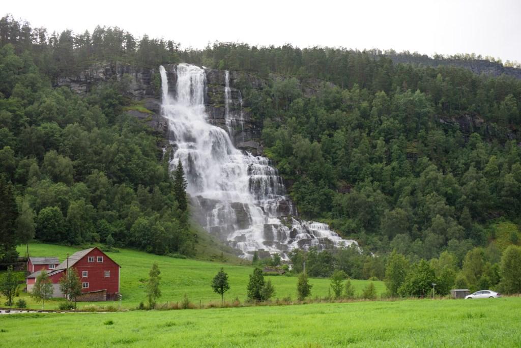 norveç tvindefossen şelalesi