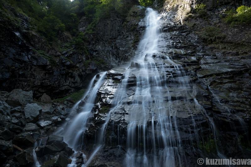 秘瀑で奇瀑 秋田・シャチアシヒネリ滝・滝壺